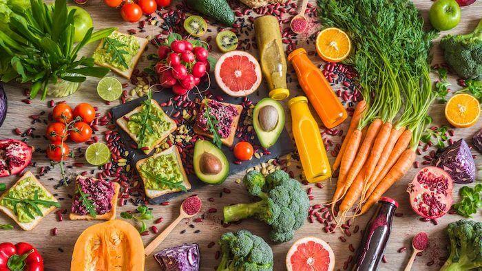 Namirnice za mršavljenje i dijetu raspoređene po stolu